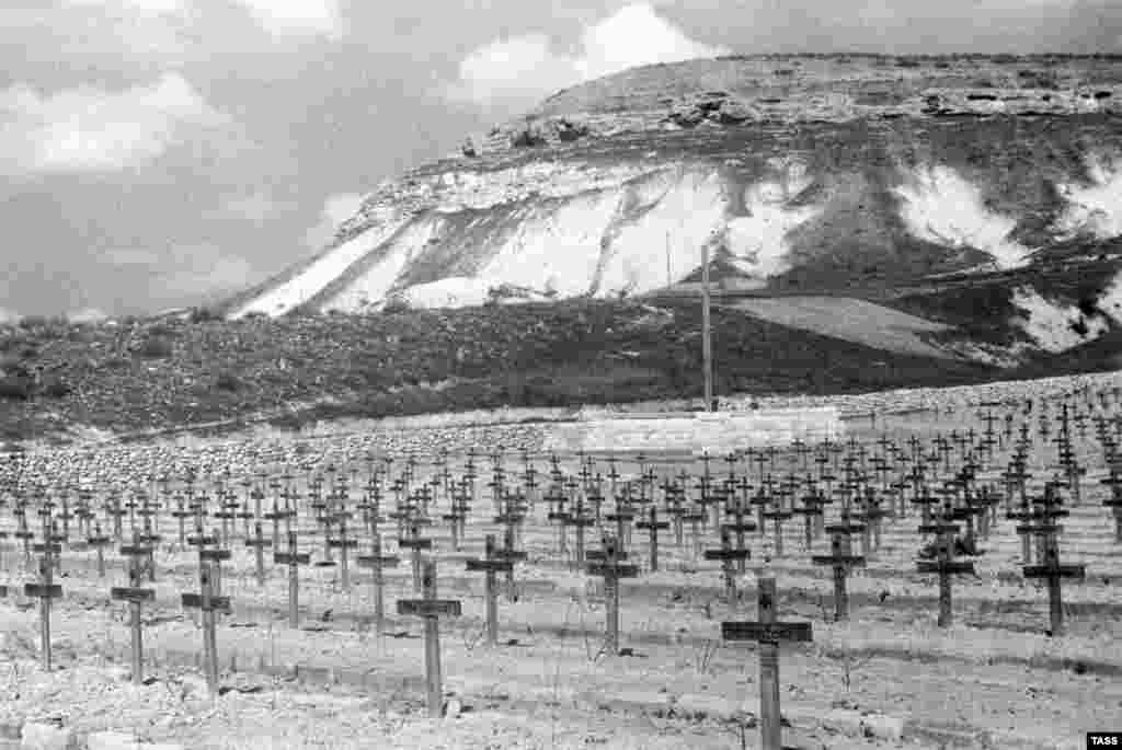 (A German military cemetery near Sevastopol in 1944)
