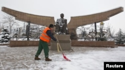 Тұңғыш президент саябағын тазалап жүрген жұмысшы, Алматы, 30 қараша 2012 жыл.