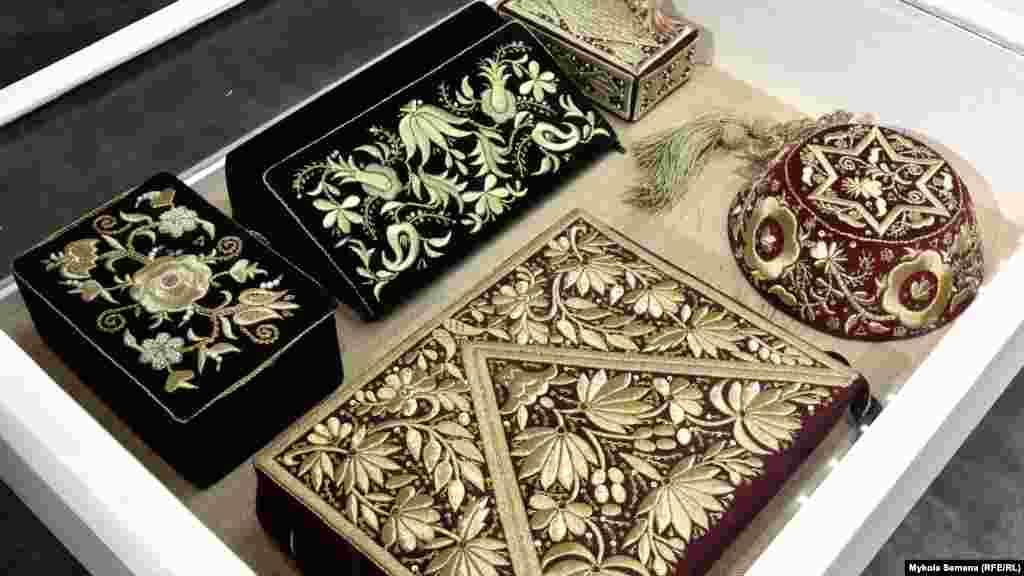 Золоте шиття – старовинна кримськотатарська техніка. Вона виконується двосторонньою гладдю, вишивка виходить об'ємною. Ці експонати – сумки, скриньки та фес (жіночий головний убір) – демонстрували на виставці в Сімферополі