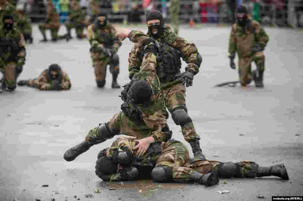 Десантники продемонстрировали приемы армейского рукопашного боя.