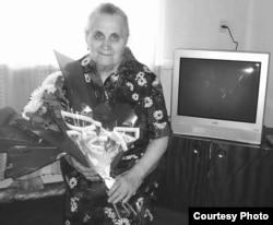 Галина Черемнова - дочь Матрёны Кузнецовой, на фоне телевизора, подарка от акимата. Зыряновск, сентябрь 2005 года. Фото было опубликовано в декабре 2005 года в областной газете «Рудный Алтай».
