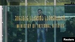 Согласно поручению премьера, все министерства и ведомства, а также местные органы власти должны представить правительству конкретный план по сокращению административных расходов в двадцатидневный срок.