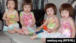 Четверняшки семьи Капар: Жанайша, Бекайша, Нурайша, Гульайша. Алматы, 29 мая 2012 года.