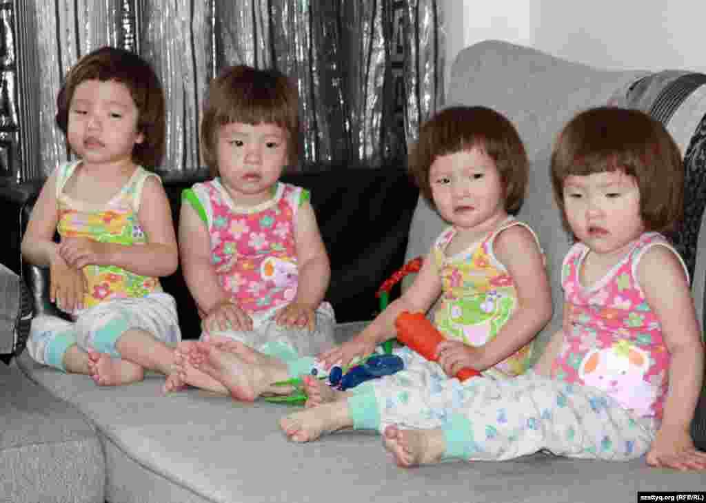 Солдан оңға қарай: Жанайша, Бекайша, Нұрайша, Гүлайша. Алматы, 29 мамыр 2012 жыл.