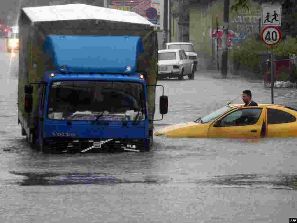 Проливные дожди стали причиной наводнения в городе Ниш, Сербия