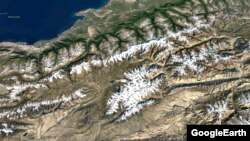 Кумтөр кени менен Сары-Чат - Ээр-Таш коругунун спутниктен тартылган көрүнүшү Photo: GoogleEarth