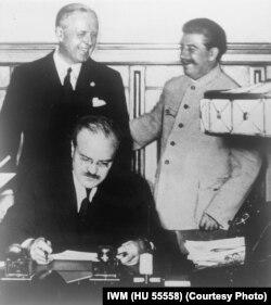 1939-cu ildə Almaniya ilə Sovet İmperiyası arasında dostluq müqaviləsinin imzalanması.