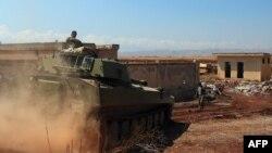 تانک ارتش سوریه در این تصویر از ۱۸ اوت/۲۷ مرداد در نزدیکی خان شیخون دیده میشود