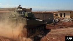 تانک ارتش سوریه در این تصویر از ۲۷ مرداد در نزدیکی خان شیخون دیده میشود