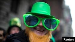 Один из участников парада в день святого Патрика, проводимого в Нью-Йорке в 254 раз
