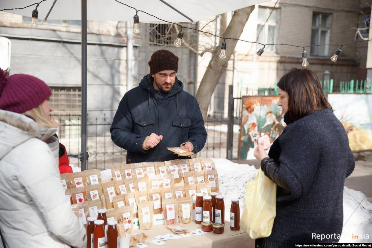 Он собрал мамины рецепты, она взялась за подзабытое шитья: как супруги из Луганской области поставило на ноги собственные бизнесы