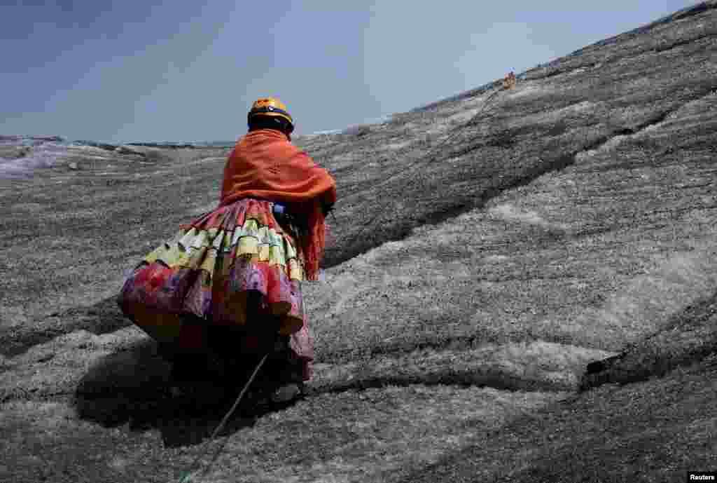На счету альпинисток - покорение пяти местных горных пиков.