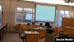 Зал суда в Остершунде, где рассматривается дело о покушении на имама Обидхона кори Назарова.