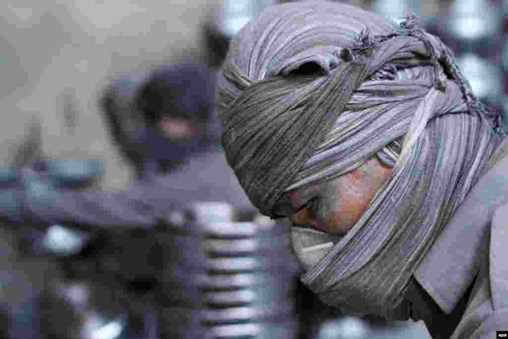 An Afghan at work in an aluminum factory in Herat (epa/Jalil Rezayee)