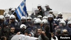Афіни: демонстранти в день загального страйку прориваються до будинку парламенту, 2 лютого 2012 року