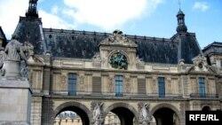 """Лувр, как и многие другие достопримечательности французской столицы, стал местом паломничества ликующих поклонников """"Барселоны"""""""