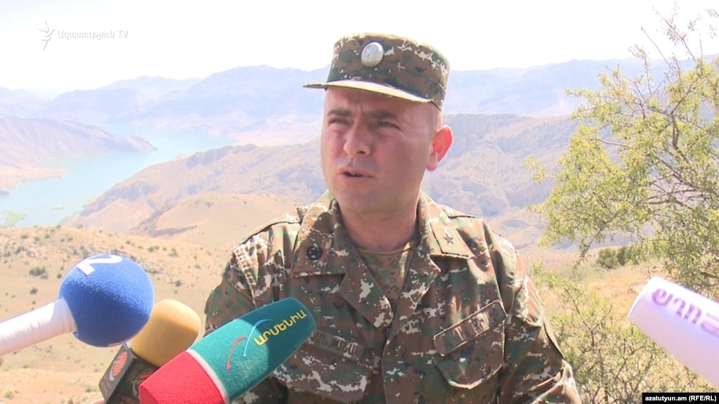 Армянские военнослужащие держат под прицелом позиции противника на границе с Нахиджеваном