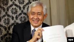Представитель Филиппин, подавших жалобу на Китай, демонстрирует решение Международного Арбитражного суда в Гааге