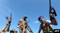 Бойцы Переходного национального совета празднуют гибель Каддафи.
