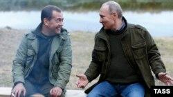 Дмитрий Медведев и Владимир Путин весьма неплохо ладят. Один выступает в роли плохого боярина, второй – доброго царя