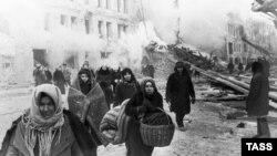 Жители покидают дома, разрушенные немцами. Блокада Ленинграда, 1941 год