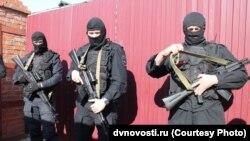 Бойцы Росгвардии у дома Ивана Проходцева