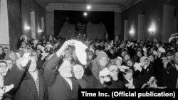 Прихожане баптистской церкви прощаются с артистами Everyman Opera. Ленинград, декабрь 1955 года