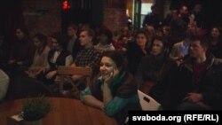 Belarusda bir barda Svetlana Aleksieviçin televiziyada göstərilən Nobel nitqini dinləyirlər