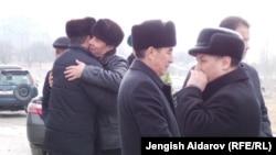 Жители Баткенской области приветствуют друг друга.