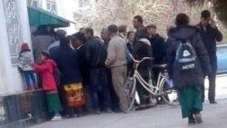 Etraplardaky çäklendirmeler Aşgabatdaky bankomatlaryň öňünde gykylyk-galmagala sebäp bolýar