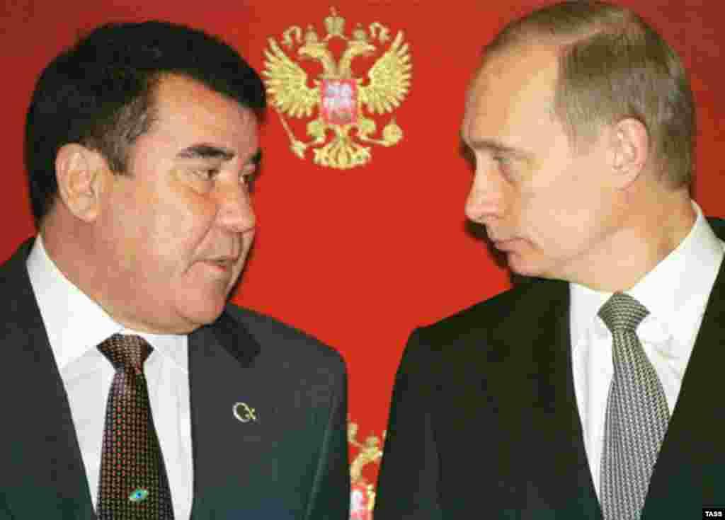 Törkmän prezidentı Saparmurat Niyazov (sulda) Rusiä prezidentı Vladimir Putin belän, April 2002 (TASS)
