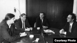 Goran Milić, Kemal Kurspahić, Milenko Voćkić i Nenad Pejić u danu kad su izišli pred javnost s posljednjim apelom za mir u proljeće 1992. (Arhivski snimak)
