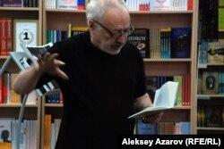 Ақын Бақыт Кенжеев өлеңін оқып тұр.