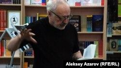Поэт Бахыт Кенжеев читает свои стихи.