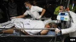 Медики перевозять до лікарні одного з футболістів, що вижив під час авіакатастрофи