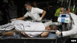 Ekipa hitne pomoći dovozi u bolnicu preživjelog fudbalera Alana Rušela (27)