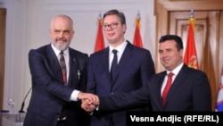 Presidenti serb, Aleksandar Vuçiq, kryeministri i Shqipërisë, Edi Rama dhe ai i Maqedonisë së Veriut, Zoran Zaev gjatë takimit në Novi Sad më 10 tetor.