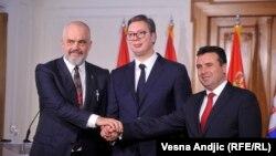 Kryeministri i Maqedonisë së Veriut Zoran Zaev, presidenti serb Aleksandër Vuçiq dhe kryeministri i Shqipërisë Edi Rama