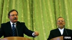 ირანის საგარეო საქმეთა მინისტრი მანუჩერ მოთაქი (მარჯვნივ) და მისი ქართველი კოლეგა გრიგოლ ვაშაძე პრესკონფერენციაზე, თეირანი, ირანი, 18 იანვარი, 2010 წელი.