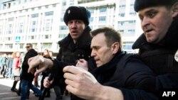 Навалнийро рӯзи 26-уми март дар маркази Маскав дастгир карданд.