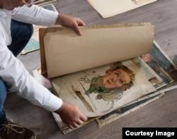 Jakub Sedlacek Gertrud Kauders képeit lapozza. Azt mondja, amikor gyerek volt, Kauders történetén keresztül ismerte meg a gonosz fogalmát