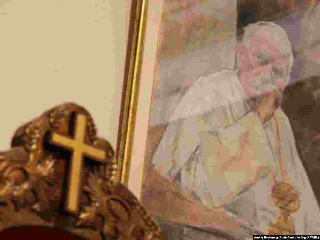 Святкування 10-річчя візиту Блаженного Папи Івана Павла ІІ до України розпочалося виставкою в Українському домі, Київ, 14 червня. Експозиція триватиме до 24 червня.Photo by Andrii Bashtovyi for Radio Liberty