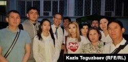 Ескендір Ерімбетовтің туыстары, достары мен қорғаушылары сот отырысынан кейін. Алматы, 14 маусым 2018 жыл.