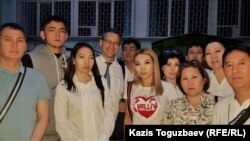 Родные, близкие, друзья и защитники Искандера Еримбетова коллективно сфотографировались после окончания судебного заседания и подведения его итогов в своем кругу. Алматы, 14 июня 2018 года.
