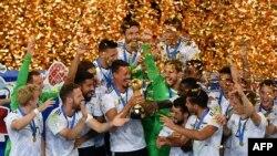 Futbollistët gjermanë me gëzim e mbajnë trofeun pas fitores në Kupën e Konfederatave