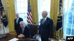 Президент США Дональд Трамп (в центре). Вашингтон, 24 марта 2017 года.