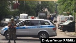 В районе оцепления в Алматы, где сегодня проходила полицейская спецоперация. Алматы, 20 июля 2016 года.