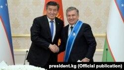 Президент Кыргызстана Сооронбай Жээнбеков (слева) и президент Узбекистана Шавкат Мирзияев. Ташкент, 13 декабря 2017 года.