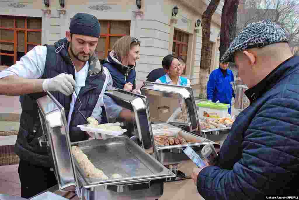 В «Празднике юрты» участвует и расположенный на месте фестиваля ресторан. На улицу вынесли огромный самовар и стол с бауырсаками, хворостом, бараньими ножками, наурыз-коже. Всё это не бесплатно.