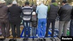 Ребенок вместе со взрослыми во время молитвы в день Курбан-айта. Алматы, октябрь 2012 года.